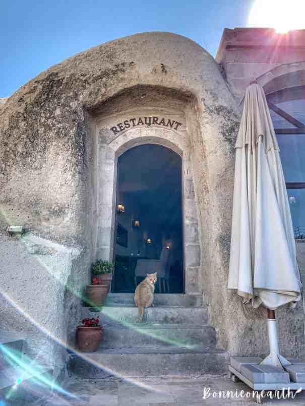 阿耳忒彌斯洞窟酒店Artemis Cave Suites餐廳門口